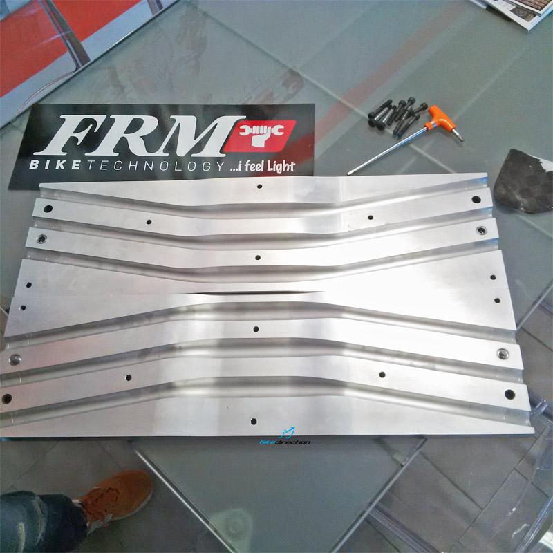 Alcuni stampi dei manubri in carbonio firmati FRM