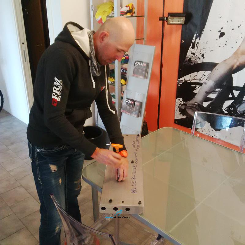 Mirko Pirazzoli ci mostra alcuni prototipi di manubri in carbonio